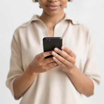 Cerrar mujer sosteniendo smartphone