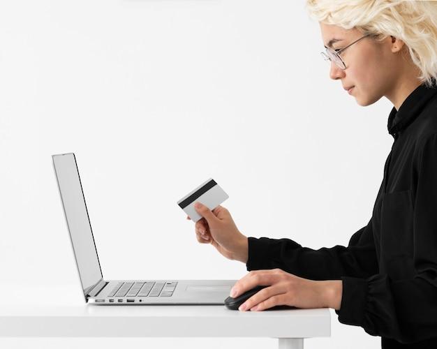 Cerrar mujer sosteniendo tarjeta de crédito