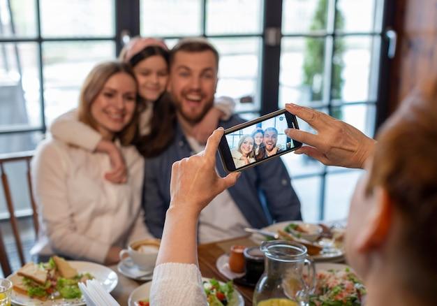 Cerrar mujer tomando fotos con teléfono