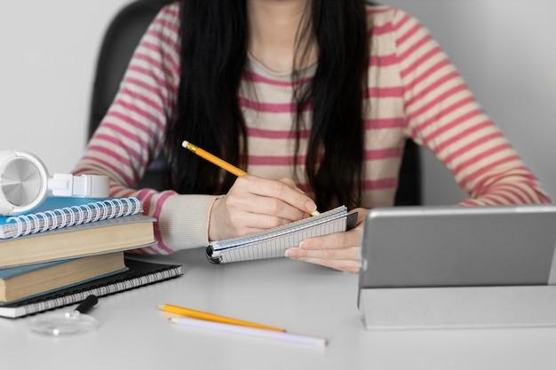 Cerrar mujer tomando notas