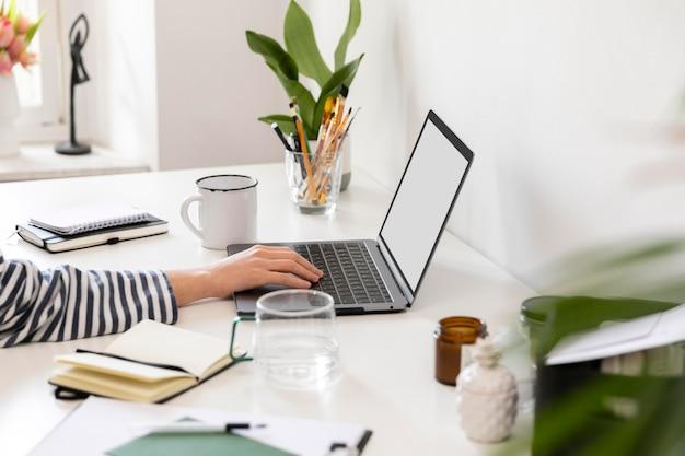 Cerrar mujer trabajando desde casa