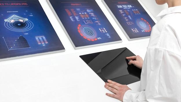 Cerrar mujer trabajando en monitores digitales