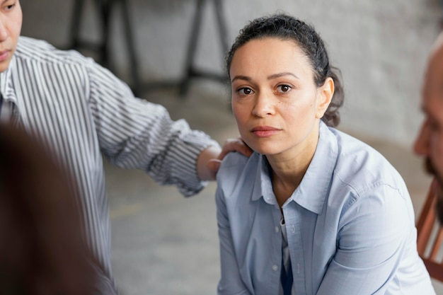 Cerrar mujer triste en terapia