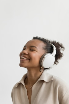 Cerrar mujer usando audífonos