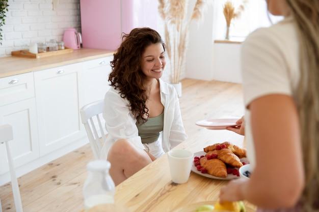 Cerrar mujeres con comida deliciosa
