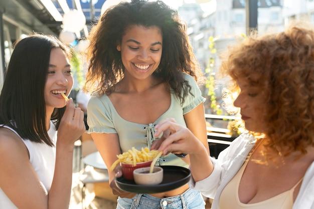 Cerrar mujeres comiendo juntas