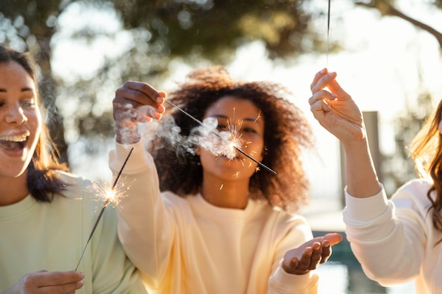 Cerrar mujeres con fuegos artificiales