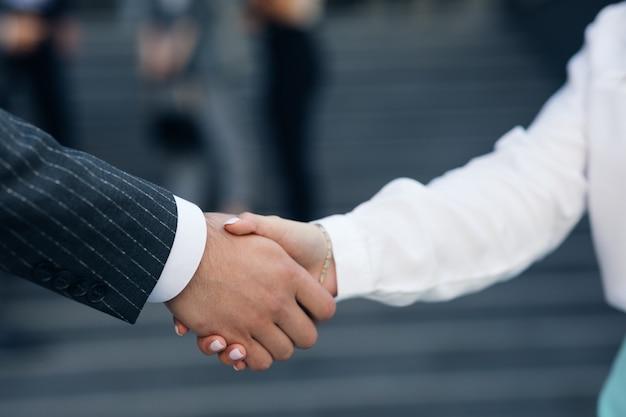 Cerrar negocios estrecharme la mano acuerdo de asociación corporativa dar la bienvenida a la oportunidad de cooperación. apretón de manos de dos personas. concepto de trato exitoso.