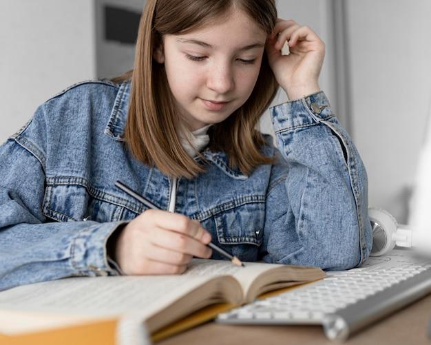 Cerrar niña leyendo