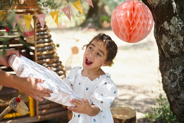 Cerrar niña recibiendo regalo para su cumpleaños