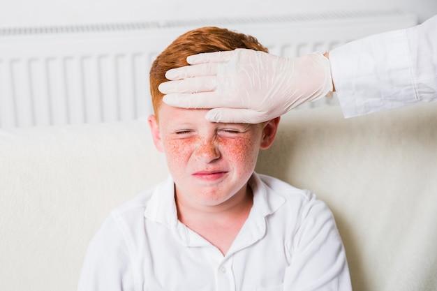 Cerrar niño con fiebre