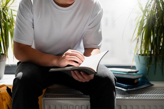 Cerrar niño leyendo en la escuela