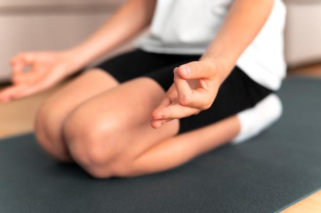 Cerrar niño meditando