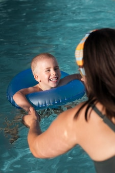 Cerrar niño sonriente con aro salvavidas