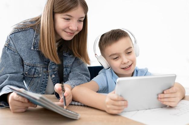 Cerrar niños estudiando juntos