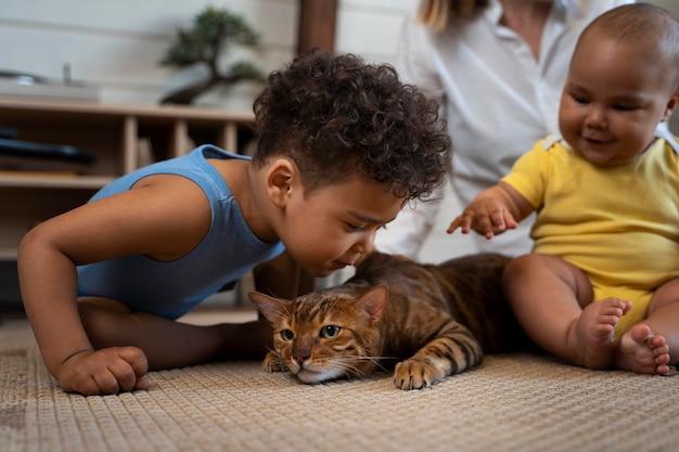 Cerrar niños y padres con gato