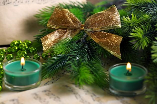 Cerrar notas musicales con decoración navideña