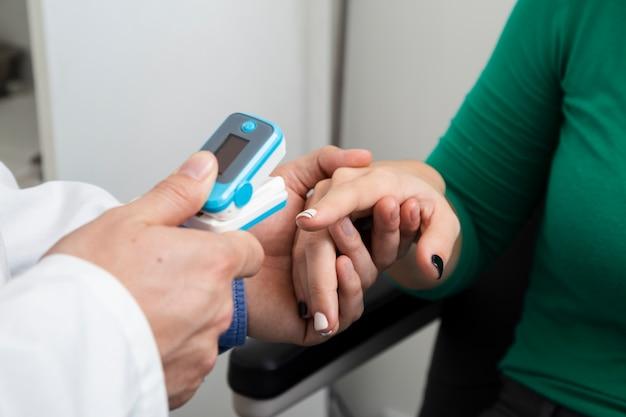 Cerrar el oxímetro de pulso dedo