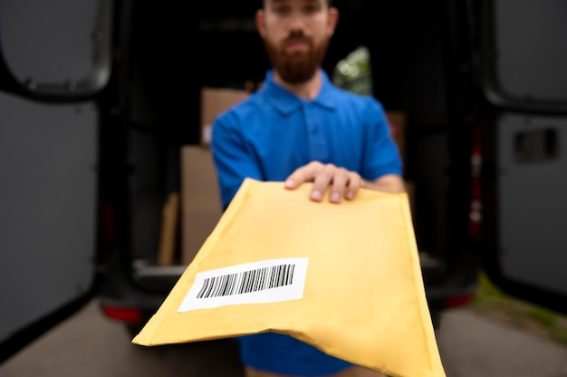 Cerrar el paquete de retención de hombre de entrega