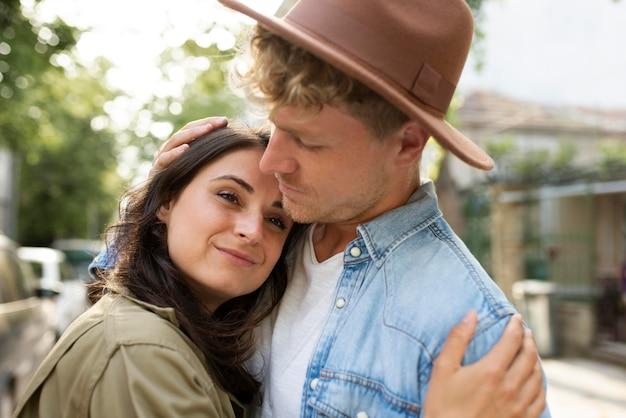 Cerrar pareja abrazados