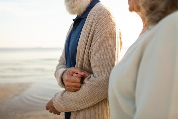 Cerrar pareja caminando juntos