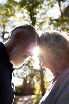 Cerrar pareja feliz al aire libre