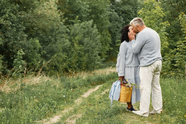 Cerrar pareja romántica besándose en un parque de otoño