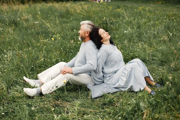 Cerrar pareja romántica sentada en un parque de otoño