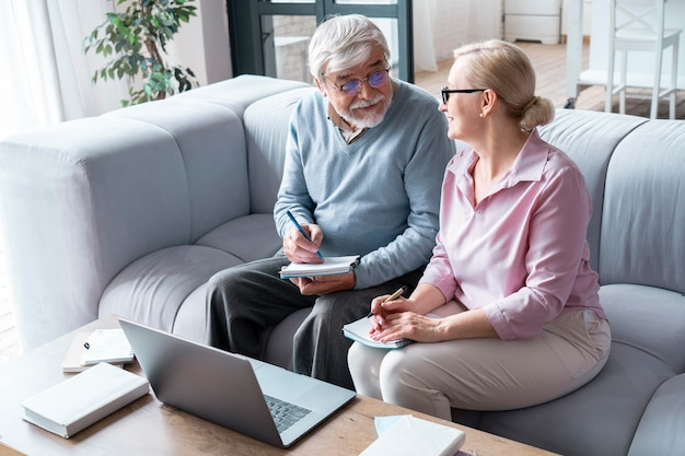 Cerrar en pareja senior mientras aprende
