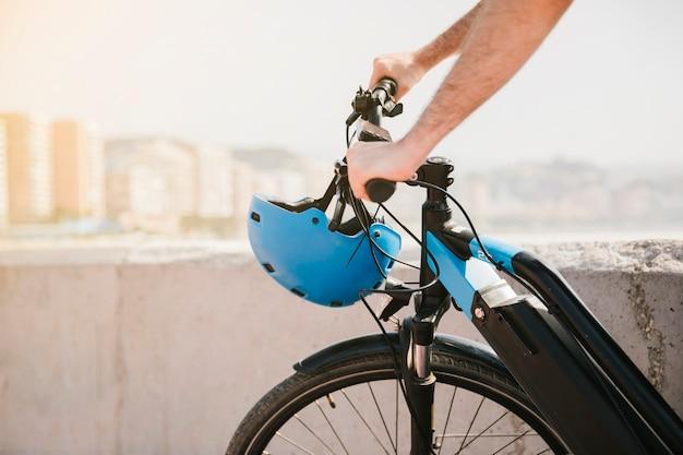 Cerrar la parte delantera de una bicicleta eléctrica.