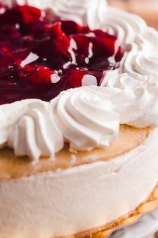 Cerrar pastel cremoso en establo