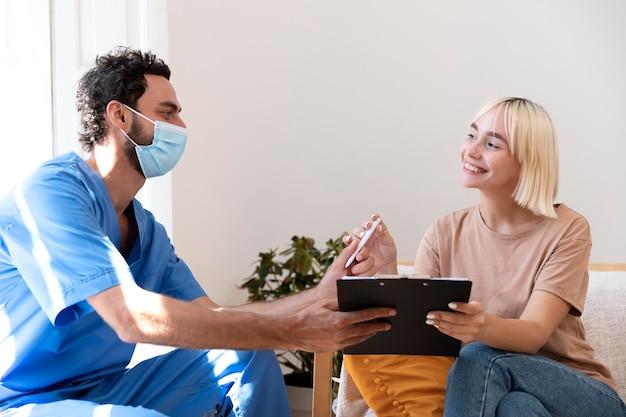 Cerrar a la persona que habla con el médico sobre la vacunación