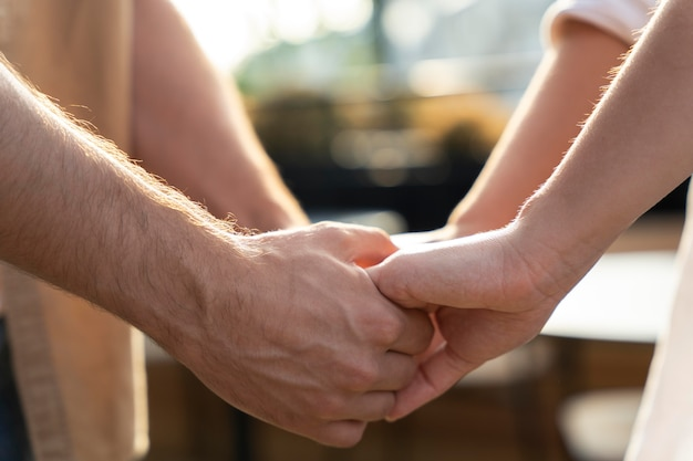 Cerrar personas cogidas de la mano
