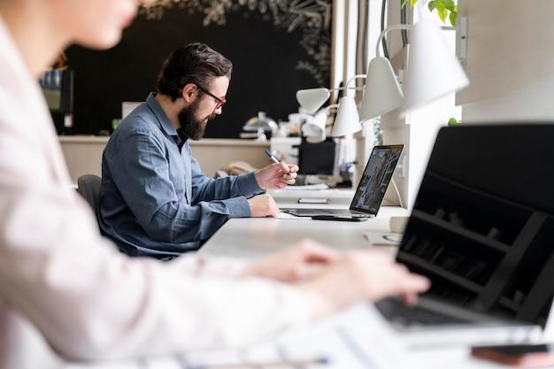 Cerrar personas que trabajan en el escritorio