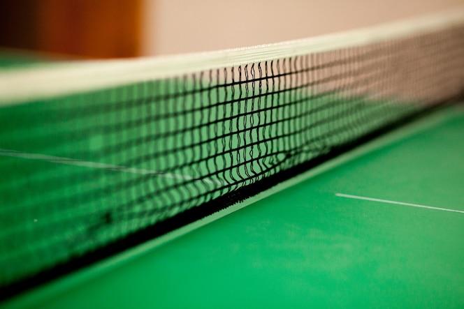 Cerrar la red y la línea de ping pong - mesa verde