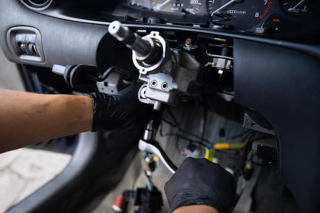 Cerrar la reparación del volante del automóvil después del accidente.