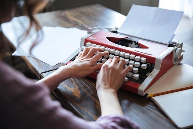 Cerrar retrato de una autora sentada en la mesa