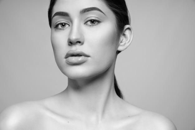 Cerrar retrato en blanco y negro de modelo con piel perfecta