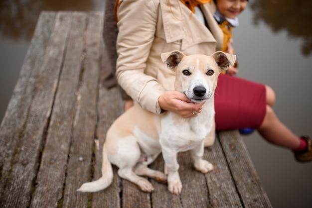 Cerrar el retrato de una familia en un paseo con su perro