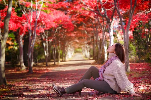 Cerrar el retrato de una hermosa niña coloridas hojas de otoño