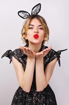 Cerrar retrato joven elegante celebrando, vestida con vestido negro