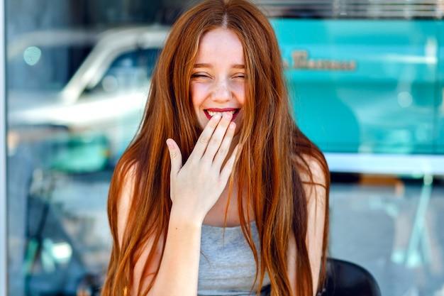 Cerrar un retrato o una mujer pelirroja muy linda, sonriendo y divirtiéndose, positivas, vacaciones, emociones