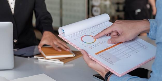 Cerrar reunión de gente de negocios para discutir la situación en el mercado. concepto financiero empresarial