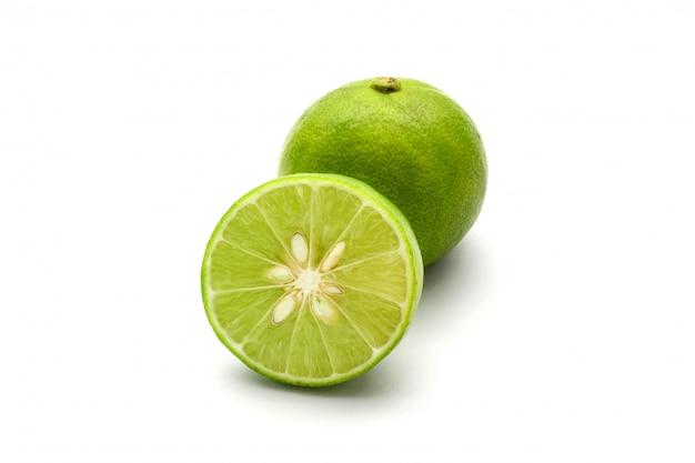 Cerrar una rodaja de limón fresco aislado