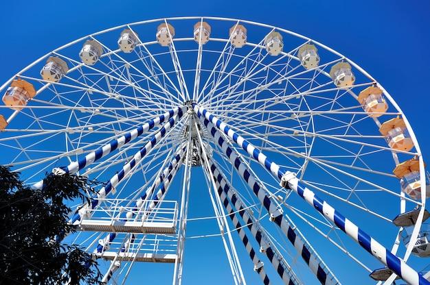 Cerrar la rueda de la fortuna en un parque de diversiones