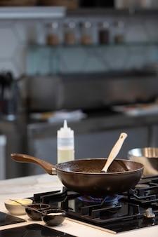 Cerrar sartén para cocinar alimentos