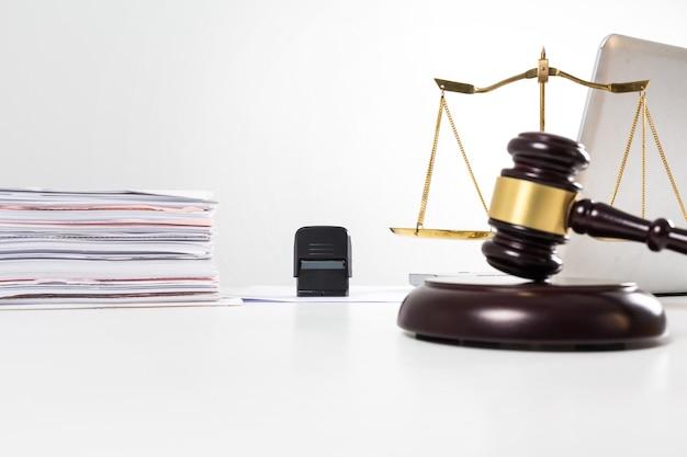 Cerrar el sello y el martillo en la sala de un abogado