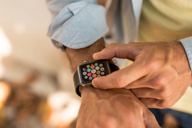 Cerrar smartwatch en muñeca de hombre