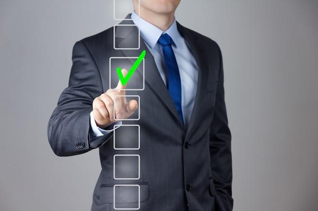 Cerrar sobre el hombre que llevaba un traje de negocios tomando la decisión correcta