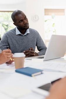 Cerrar sobre joven tener una reunión